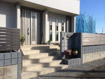 建物に合わせたデザインで、調和が取れた外構になりました。