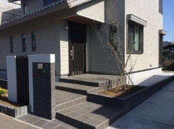 玄関の周辺、植栽スペースが気に入っております。早速植物を植えました。