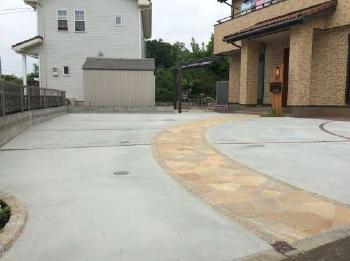方向転換も出来る広々駐車スペースと、乱形石貼り曲線アプローチ。