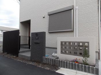 黒を基調にしたシンプルモダン、スルーブロックの壁で通気を妨げません