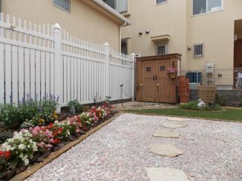 フェンスが想像していたものよりしっかりした造りで、庭にしっくりなじんで気に入りました。