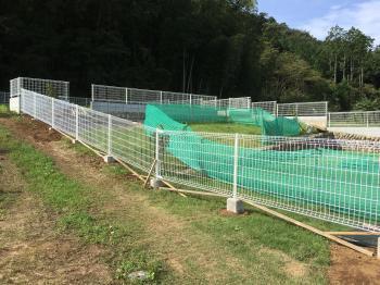 ドッグランを囲む85mの長大フェンスです お家周りもスッキリさせて雑草の心配から解放 お喜び頂きました!