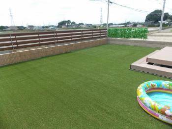 ウッドデッキと人工芝がお気に入りです。近所の子供も集まって憩いの場となっています!