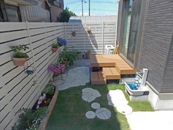 白いフェンスで庭が明るくなりました! ウッドデッキで庭に出やすくなりました!