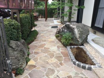 躓きやすくて困っていた飛び石から乱形石貼りのフラットなお庭にして歩きやすくなりました!