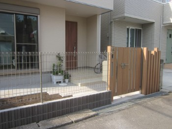 LIXILでまとめた門周り、ペットの為にお家の周りをフェンスでぐるりと囲みました