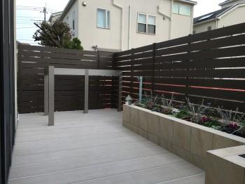 デッキ上の布団干し場を設置、花壇や立水栓も造って使いやすく便利に!