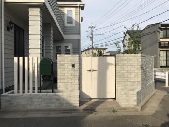 白いフェンスと外壁、ウッドデッキがお気に入りです!