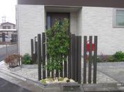リピートのお客様です。玄関前に目隠しのフェンスと植栽を施してプライバシーを確保しました。
