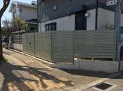 既存の生垣を撤去して、木調樹脂フェンスでスッキリしました!