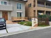 新築のお客様です。駐車場は2台分確保、角柱フェンス採用で開放感のあるお庭になりました。