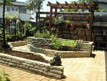 コンパクトな花壇と沢山置ける枕木花台とパーゴラが気に入っています。