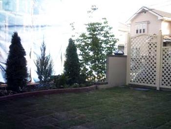 白色のラティスフェンスが気に入っています。リゾート風なお庭になって嬉しいです。