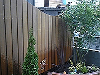 アイアンウッドの波形フェンスと手前の花壇がとても気に入りました。
