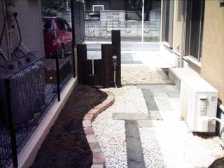 駐輪スペースのサークル状ピンコロ石がいい感じです。花壇も気に入っています。