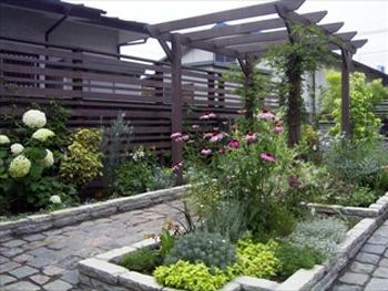 私好みのシンプルモダンなお庭に仕上げてくださってありがとうございました。