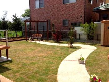 芝貼りだけでなく、素敵な庭をつくるために色々と相談に乗っていただきました。