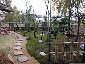元からあった植木とつくばいを活かして、素晴らしい和風庭園にしてくださいました。